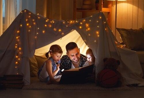 En far er ved at styrke forhold til børn ved at læse for dem