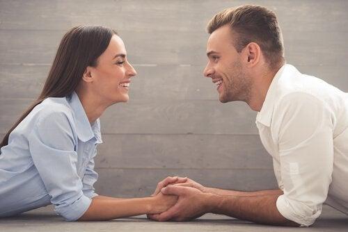 et lykkeligt par smiler til hinanden og anerkender forholdets tre tider: Dig tid, mig tid og vi tid