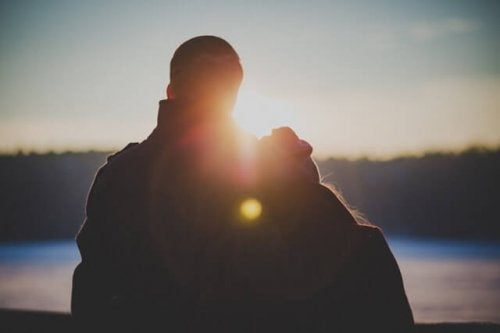 Par ser solnedgang sammen