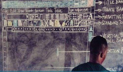 Den ghanesiske lærer underviser blot med tavle og farvekridt