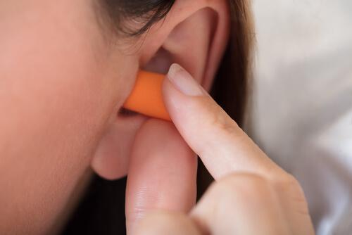 brug ørepropper, hvis der er for meget støj