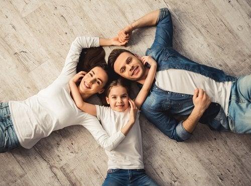 Familie bruger tid sammen for at kunne komme godt ud af det med hinanden