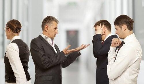 Mænd i arbejdstøj oplever konflikter på jobbet