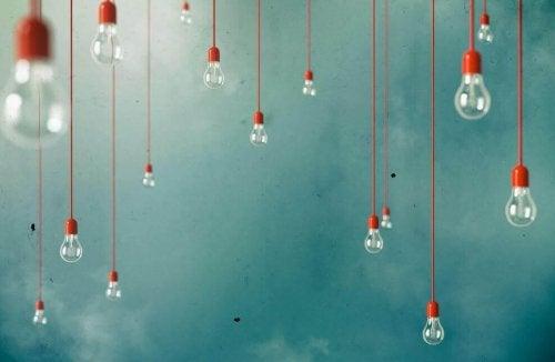 pærer hænger i røde ledninger