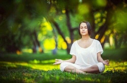 6 enkle meditationsøvelser til at komme af med stress