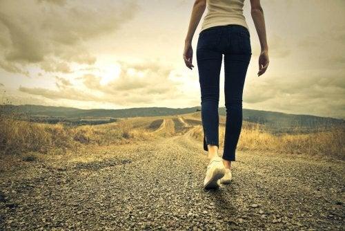 Citater af George Bernard Shaw repræsenteret af en kvinde, der vandrer ud af en vej.