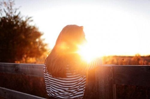 Kvinde i sollys