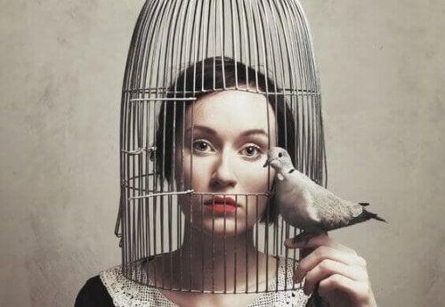 En kvinde i et bur er for stille