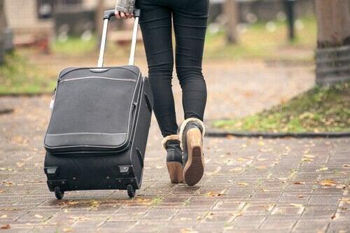 Pige med kuffert er del af boomeranggenerationen og flytter hjem igen