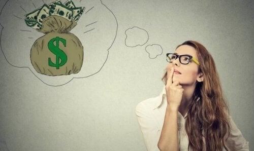 En kvinde drømmer om penge og håber på et lykketræf