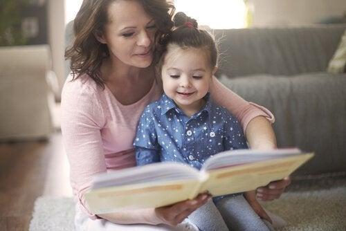 Mor er ved at læse højt for datter