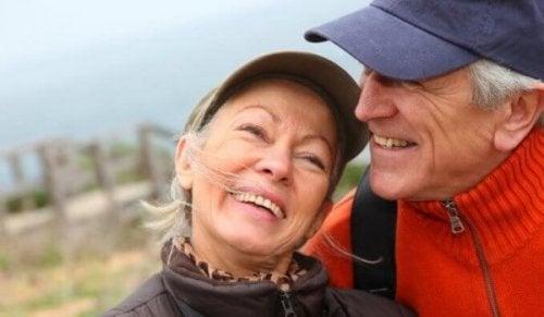 lykkeligt senior par - følelsesmæssig intelligens hos ældre