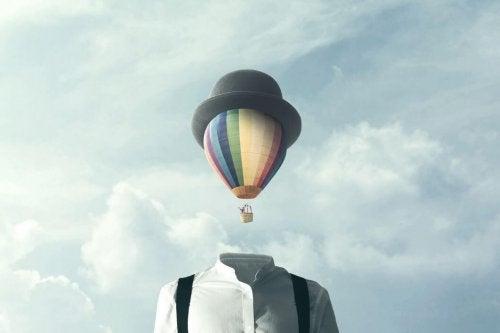 Luftballon med hat svæver over kæmpe skjorte som hoved