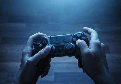 Hænder med en spillekonsol