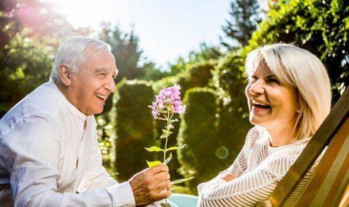 mand giver kvinde en blomst