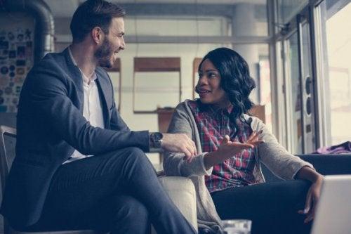 mand og kvinde taler sammen