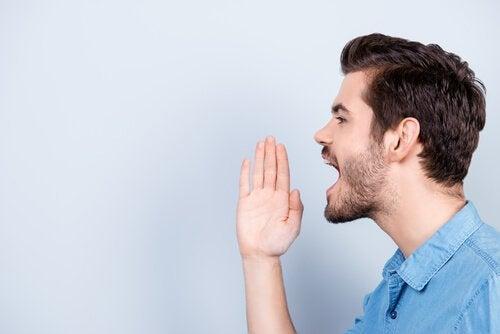 Mand råber som følge af tourettes syndrom