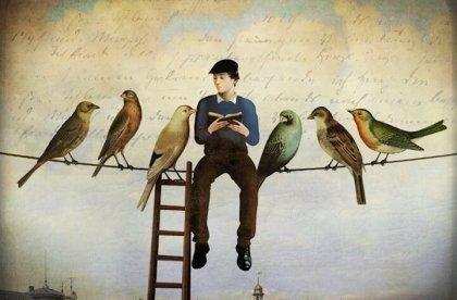 Mand læser citater af fernando pessoa på snor med fugle