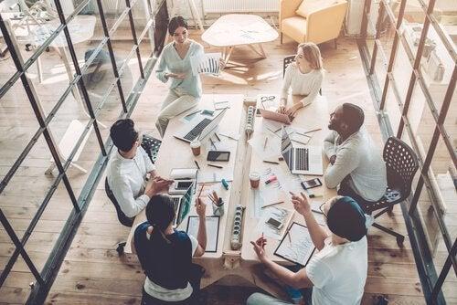 Gruppe af medarbejdere på et møde, der repræsenterer god intern kommunikation