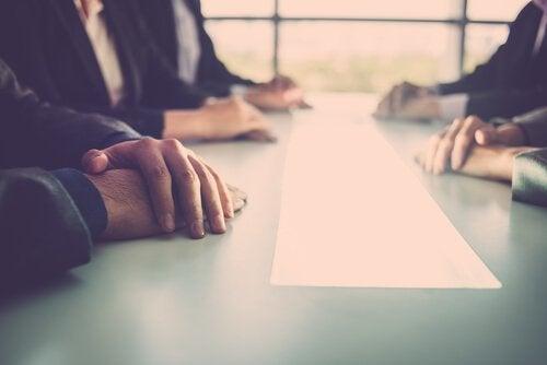medarbejdere i et møde ønsker at bekæmpe manglende intern kommunikation