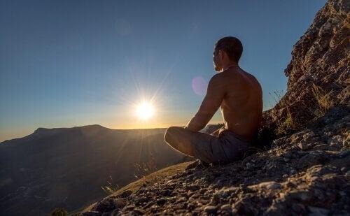 Mediterende mand på klippe