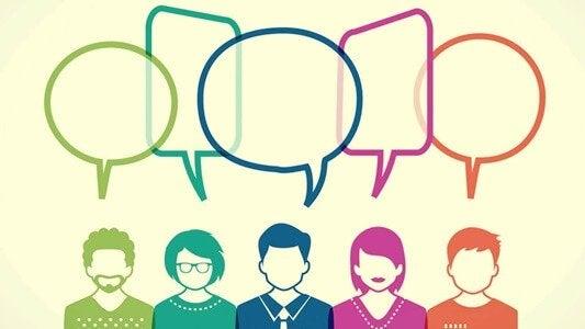 Personer med talebobler illustrerer at sige sin mening