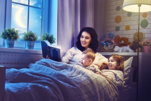 mor læser højt for små børn