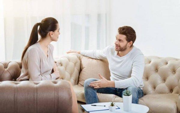 Par på sofa anvender skjule kontrolmekanismer overfor hinanden