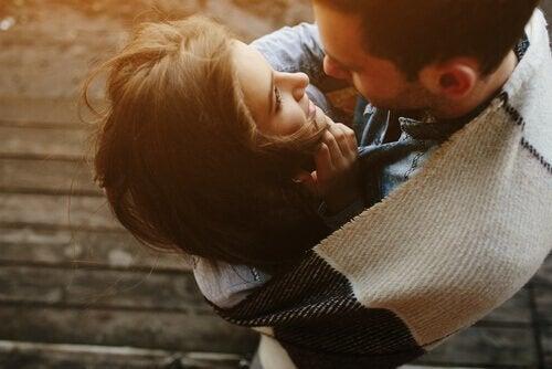 At udvise kærlighed, som dette krammende par, er en smuk gestus