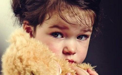 Pige med en bamse