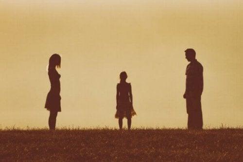 Barn mellem forældre symboliserer, at dine forældres forhold påvirker dig, mere end du tror