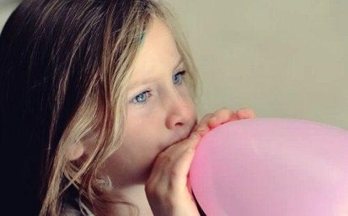 Ballonvejrtrækning: Berolig dit barn på en sjov måde