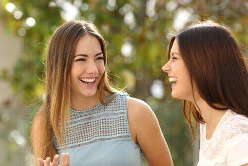 To piger bruger selvafsløring, mens de lærer hinanden at kende