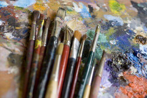 Pensler og maling symboliserer at overvinde traumer med kunst