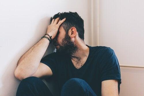 fortvivlet mand kæmper med forebyggelse af selvmord