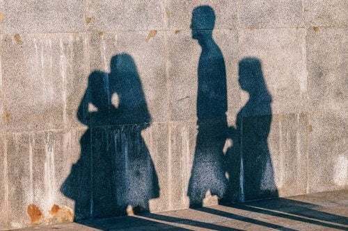 Personers skygger på mur