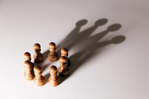 Et par skakbrikker danner skygge formet som krone