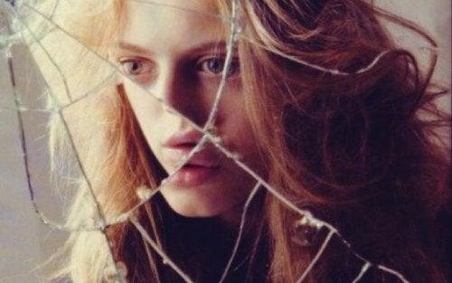 pige ser i ituslået spejl