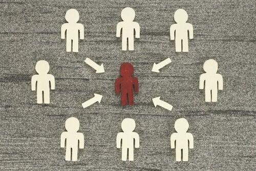 Teorien om social indflydelse illustreret med små mænd og pile