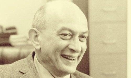 Solomon Asch er en amerikansk psykolog, der har udført eksperimenter om gruppepres