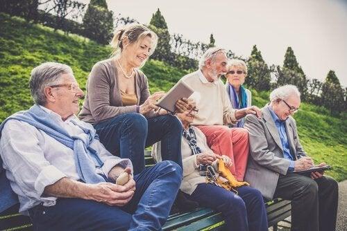 Ældre mennesker mødes for at opnå en sund alderdom