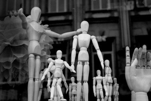 træfigurer, der symboliserer radikalisering gennem sociale netværk