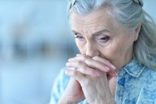 En bekymret ældre kvinde