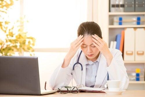 Kvindelig læge er træt