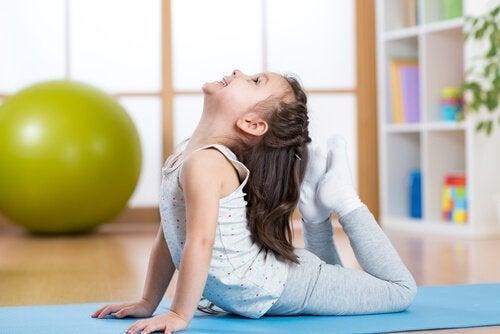 5 nemme og nyttige yogastillinger for børn