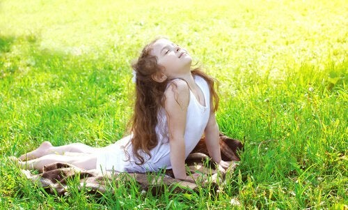 hilsen til solen er en af de anbefalede yogastillinger for børn