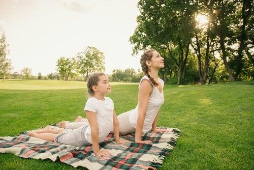 kobra stillingen er en af de anbefalede yogastillinger for børn