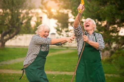 Et ægtepar har det sjovt sammen