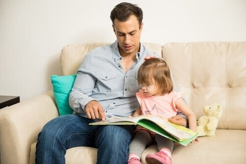 Far, der læser med sin datter