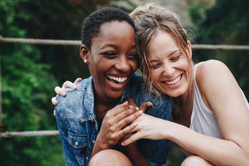 To kvinder griner